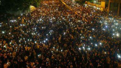 Les manifestant brandissent leurs téléphones dans les rues de Hong Kong, le 29 septembre 2014.