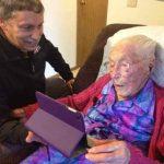 À 114 ans, elle doit mentir sur son âge pour s'inscrire sur Facebook