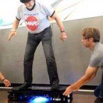 L'astronaute Buzz Aldrin teste l'hoverboard