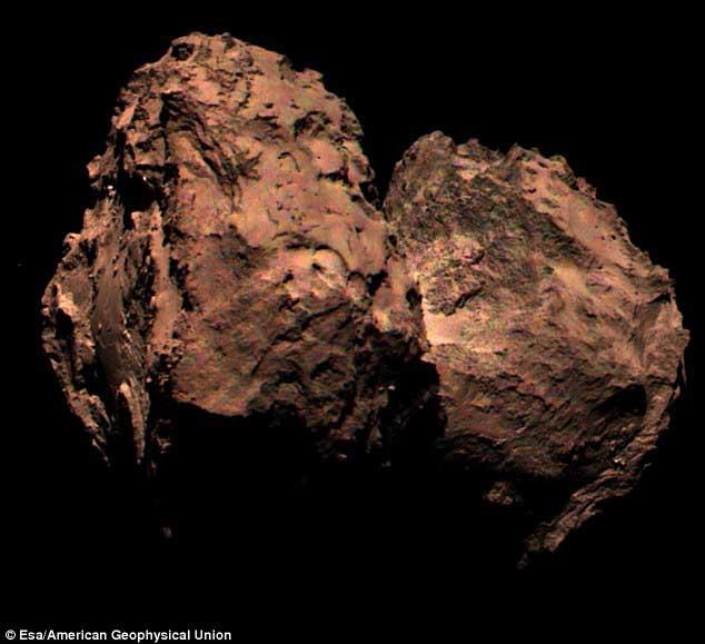 Un cliché précédent avait lancé des spéculations sur le fait que la comète pourrait en fait être rouge. Il s'avère qu'il s'agit d'une image prise par un des trois filtres de l'appareil photo de Rosetta. Fait intéressant, la comète reflète en réalité plus de lumière rouge que n'importe quel autre longueur d'onde.