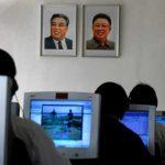 Des étudiants nord-coréens utilisant des ordinateurs près des portraits de dirigeants, à l'Université de technologie de Kim Chaek de Pyongyang.