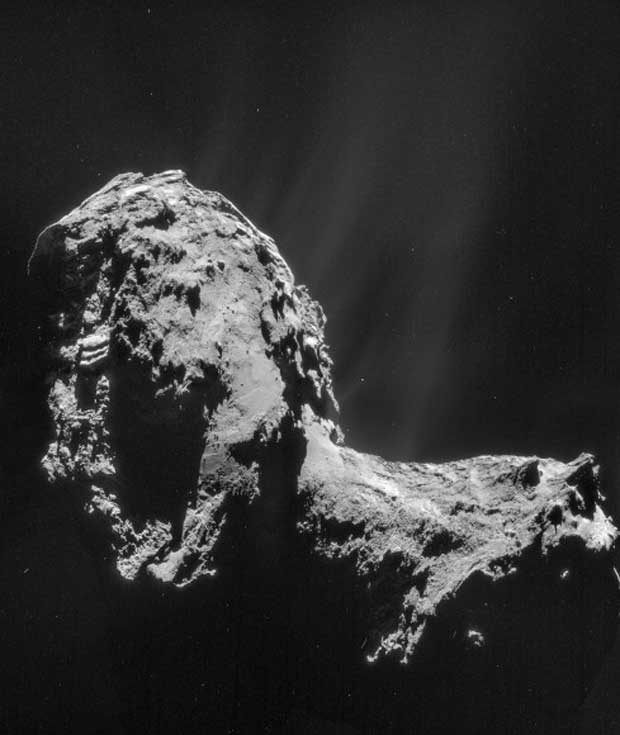 Flux de gaz et de poussières de la comète 67P/Churyumov-Gerasimenko sur une mosaïque prise par la sonde Rosetta le 20 novembre 2014. Crédit : ESA/Rosetta/NAVCAM – CC BY-SA 3.0 d'IGO.