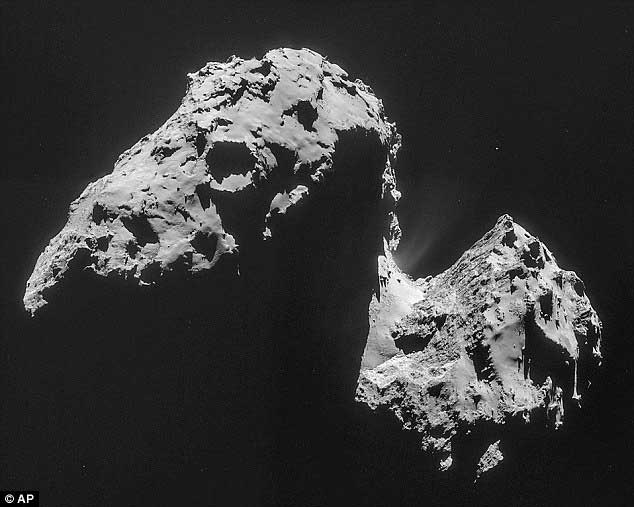 Les images précédentes de la comète, comme celle du 17 novembre 2014, avaient été prises en utilisant seulement un des filtres de la caméra. Elles avaient été éditées pour apparaitre monochrome. La dernière image montre que la photo en vraies couleurs n'est pas très différente des photos antérieure.