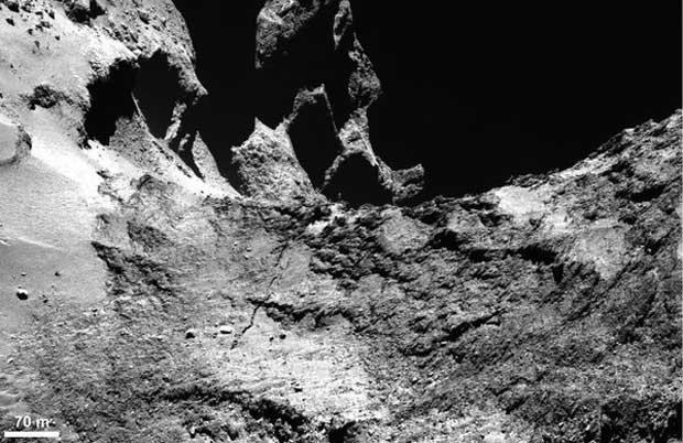 Une grande fracture qui traverse la comète. (ESA)