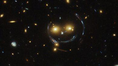 1. L'amas de galaxies SDSS J1038+4849 semble très souriant. Tout y est, ses deux yeux orange, son nez, le contour et la bouche. Ce phénomène est appelé « lentille gravitationnelle ». (Photo : NASA/ESA/Hubble)