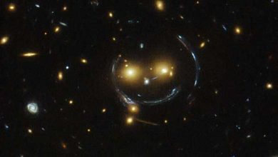 L'amas de galaxies SDSS J1038+4849 semble sourire (Photo: NASA)