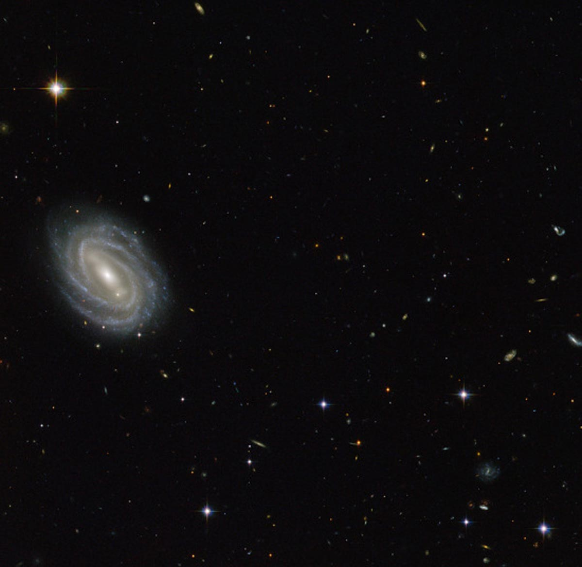 19. Magnifique image de la galaxie spirale PGC 54493, située dans la constellation du serpent. (Photo : NASA/ESA/Hubble)