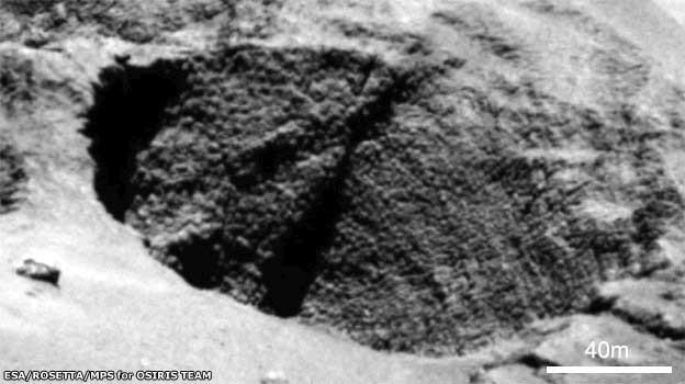 Une formation nommée « pebbles » (« cailloux ») ou « goosebumps » (« chair de poule ») qui pourrait être des blocs d'origine de la construction de la comète.
