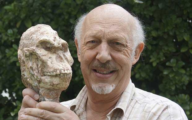 Ron Clarke, professeur à l'Institut d'Etudes évolutive à l'Université de Wits en Afrique du Sud détient le crâne de Little Foot (Photo : REUTERS)