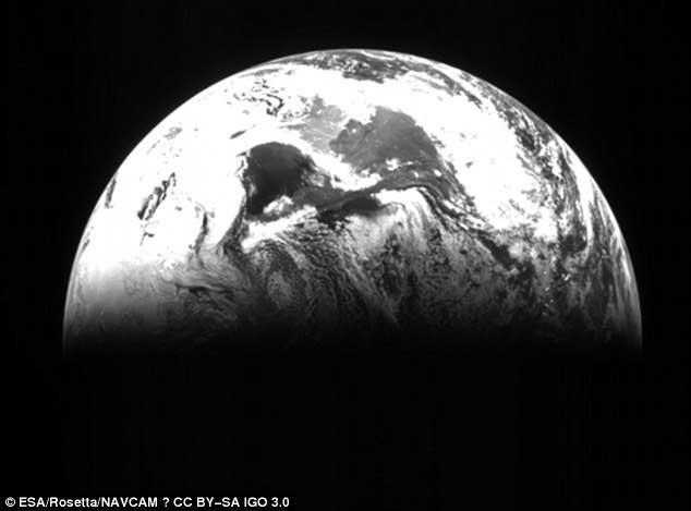 Vue de la Terre prise par Rosetta le 5 mars 2005.