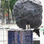 Le robot Philae exposé sur les Champs-Élysées