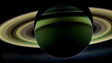 La planète Saturne, vue de la sonde Cassini, en 2012, alors que le Soleil se trouve derrière.