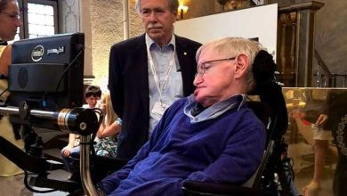 Photo de Stephen Hawking explique comment sortir d'un trou noir !