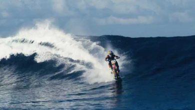 Photo de Surf : il prend la vague avec… une moto !