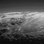 Pluton : une incroyable image de crépuscule sur des montagnes de glace
