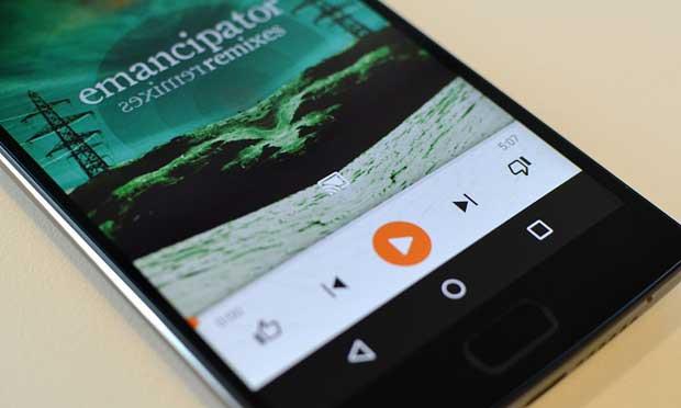 Le bouton Google Cast permet de diffuser pratiquement n'importe quel contenu en direction du Chromecast (The Guardian)