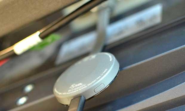Le Chromecast se branche directement dans la prise HDMI de la TV ou à amplificateur. (The Guardian)