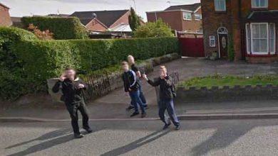 Photo de Des ados adressent des signes obscènes aux caméras de Google Street View