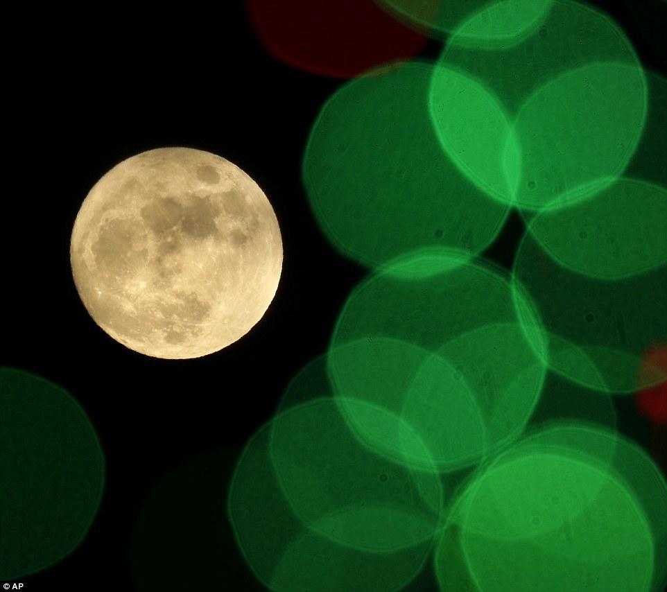 Seen_here_between_lights_on_a_Christmas_Display_in_Kansas_Americ