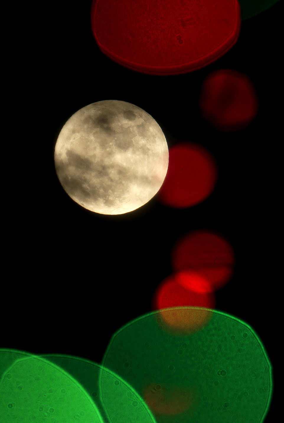 lune-de-nuit-longue-elle-est-photographiee-au-dessus-du-kansas