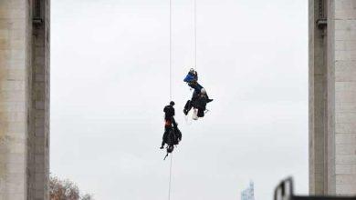 La police intervient à l'Arc de Triomphe pour bloquer une action de Greenpeace sur les énergies renouvelables