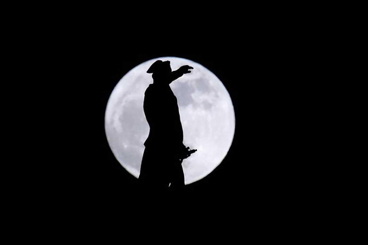 Une Super Lune se lève derrière une statue de George Washington le lundi 1er janvier 2018 à Trenton, New Jersey.