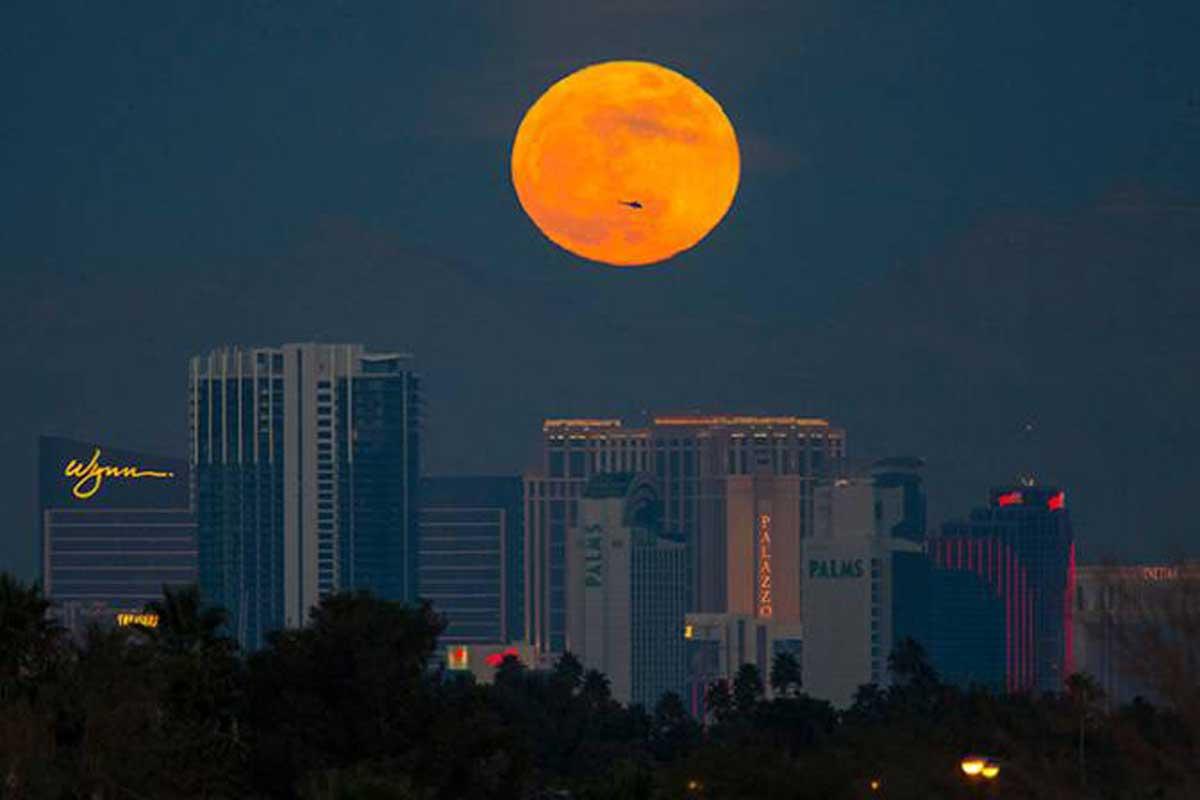 La première Super Lune de l'année se lève au-dessus de la Strip de Las Vegas le lundi 1er janvier 2018