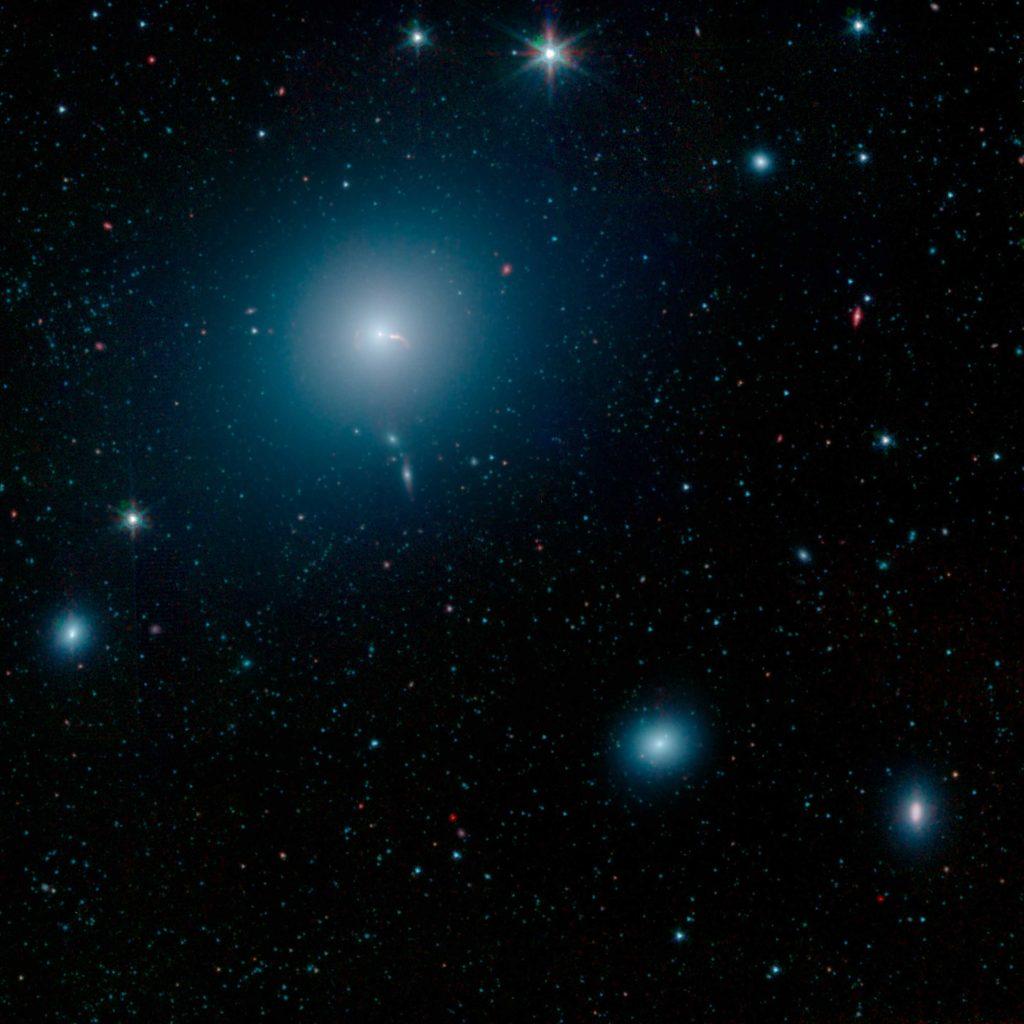 La galaxie M87 ressemble à une bouffée d'espace bleue et floue dans cette image du télescope spatial Spitzer de la NASA.