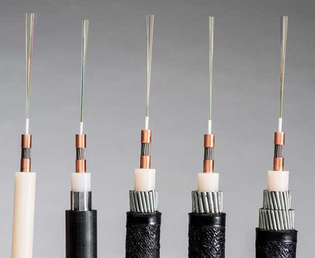Une sélection de produits de câbles à fibres optiques fabriqués par SubCom.