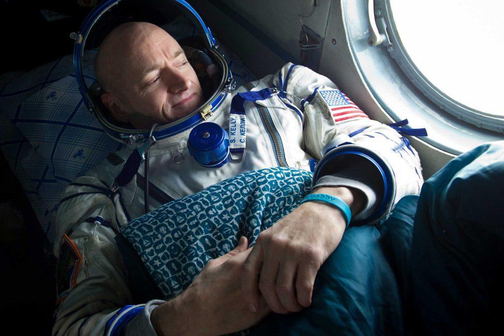M. Kelly sur un hélicoptère au Kazakhstan après son retour de la station spatiale en mars 2011.