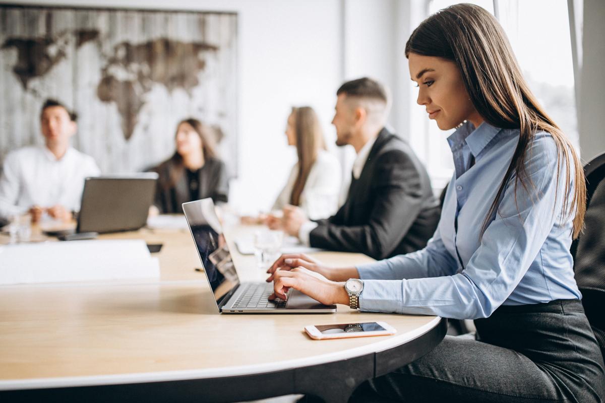 Une bonne posture devant l'ordinateur, selon les experts