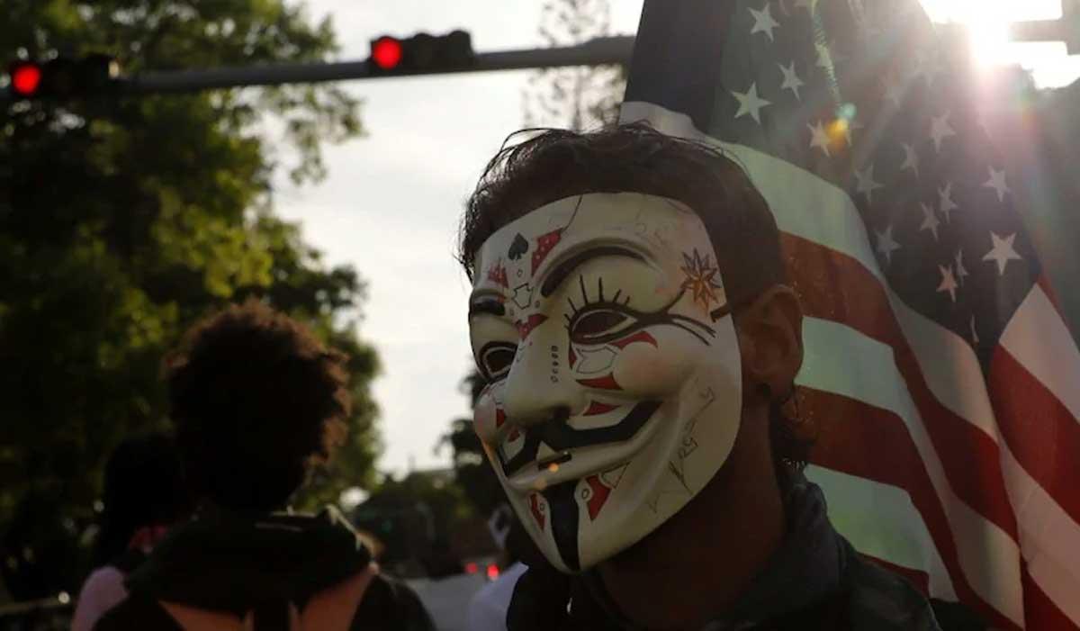 Anonymous : un homme protestant contre la mort de George Floyd porte un masque de Guy Fawkes à Miami