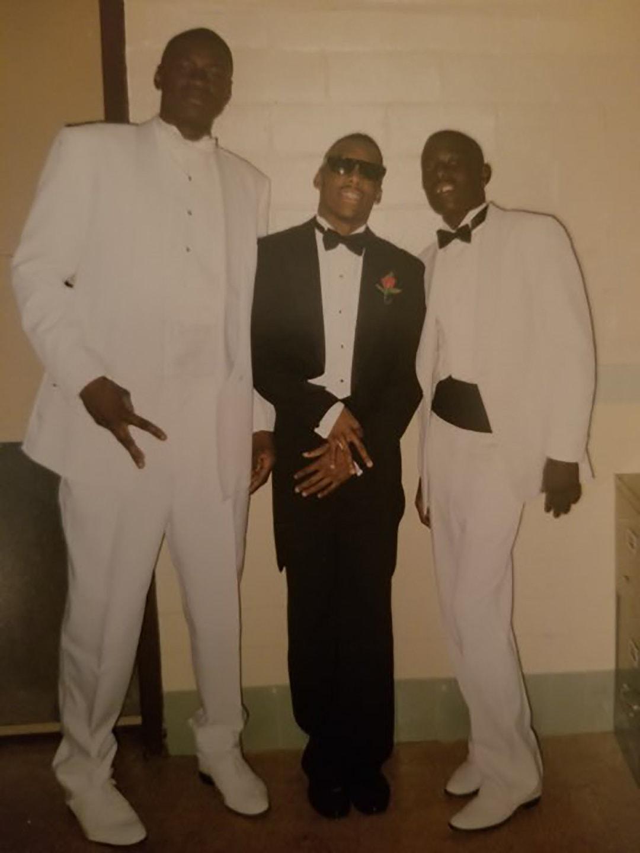 George Floyd, à gauche, avec Jonathan Veal et Milton Carney lors d'un bal de lycée en 1992.