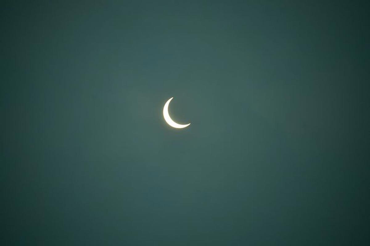 La lune couvre partiellement le soleil pendant une éclipse solaire annulaire, vue de Siliguri.