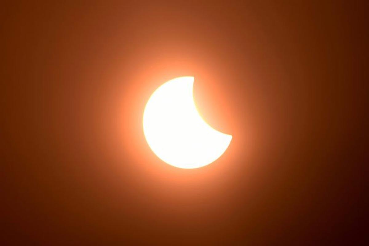 La lune couvre partiellement le soleil lors d'une éclipse solaire annulaire vue de Phnom Penh.