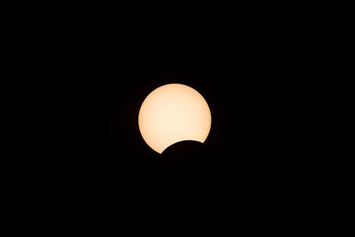 La lune se déplace devant le soleil lors d'une éclipse solaire annulaire à Hong Kong.