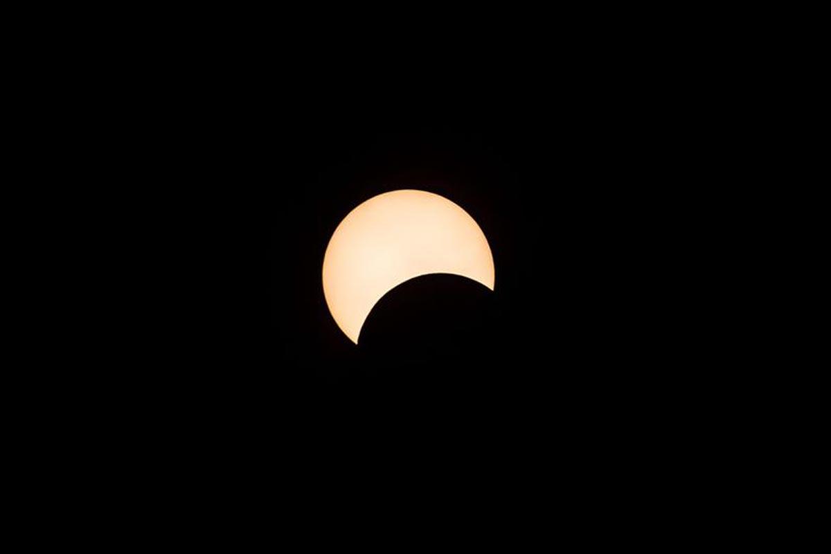 La lune se déplace devant le soleil pendant l'éclipse solaire annulaire de Hong Kong.