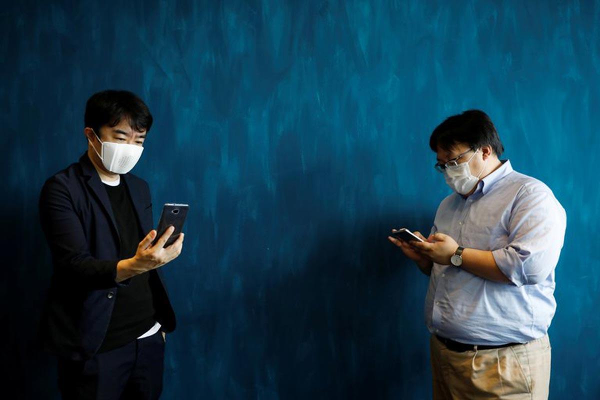 Un masque facial intelligent se connecte à l'Internet et se traduit en 9 langues