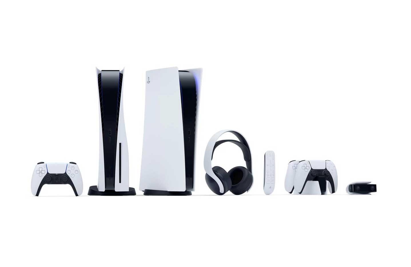 Image de la famille PlayStation 5 de Sony : les consoles Standard et Digital Edition, le contrôleur DualSense, la télécommande, le casque Pulse 3D, la station de recharge DualSense et la caméra HD.