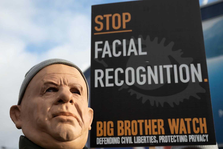 Un homme masqué lors d'une manifestation en janvier à Cardiff contre l'utilisation de caméras de reconnaissance faciale par la police.