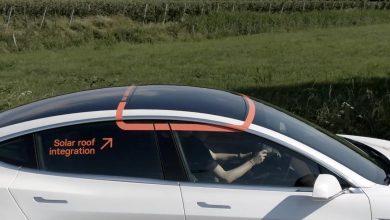 Photo de Une Tesla modèle 3 avec un panneau solaire pour booster la batterie