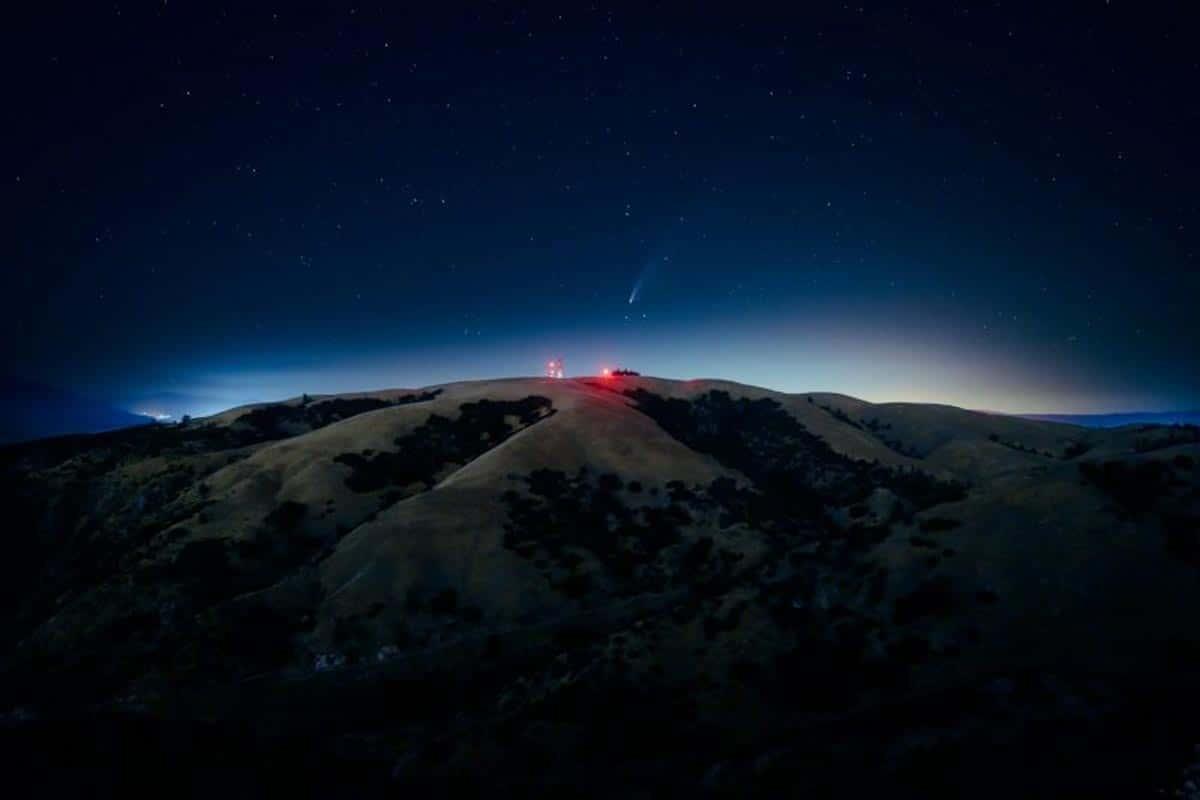 Comète NEOWISE au-dessus de la Californie du Sud.