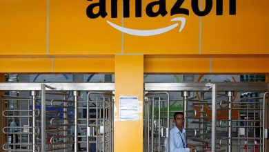 Un employé d'Amazon dans un entrepôt au Bengaluru, en Inde.
