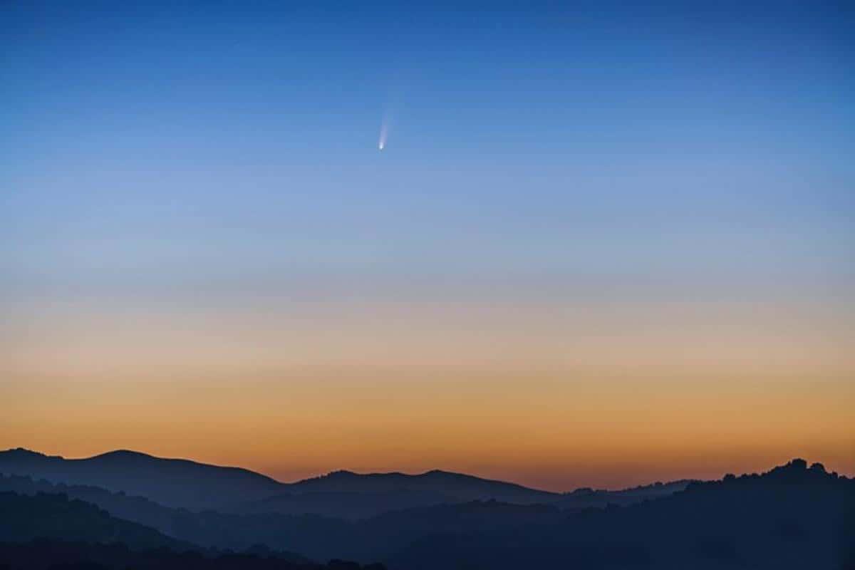 Image composite de la comète C/2020 F3 (NEOWISE) à San Leandro, Californie.