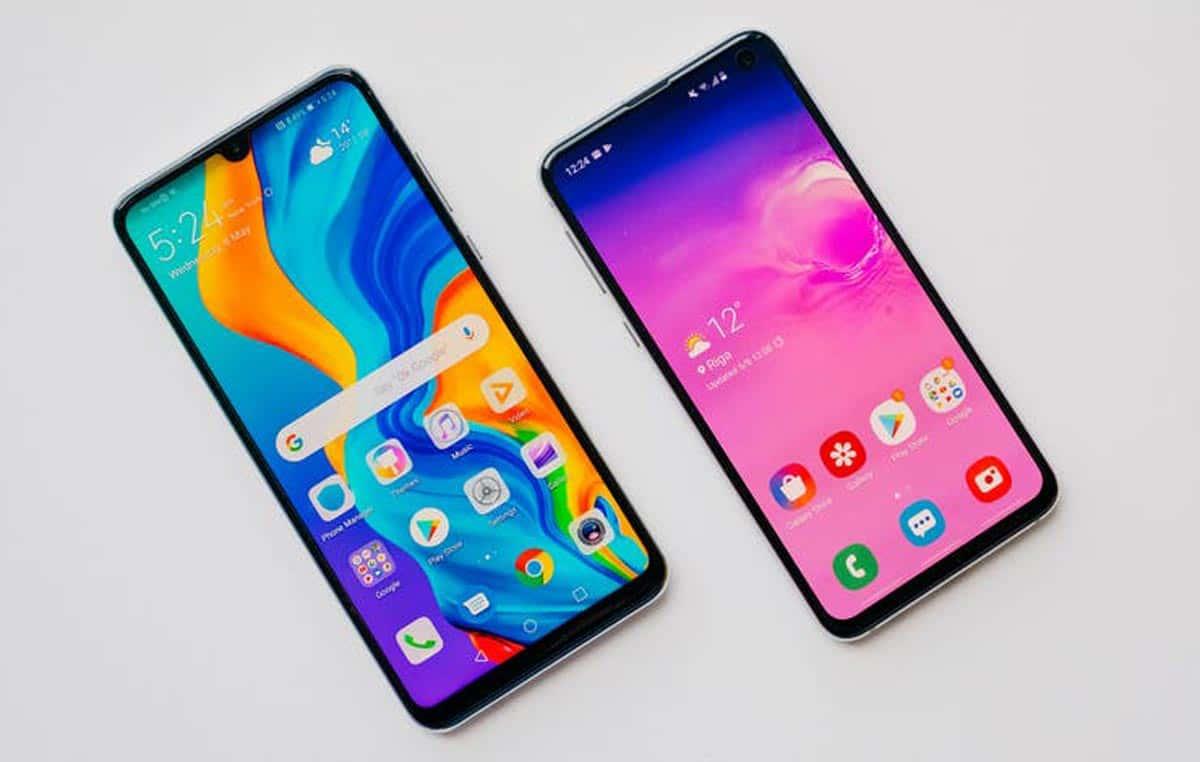 Un téléphone Huawei P30 Lite à côté du Galaxy S10e de Samsung