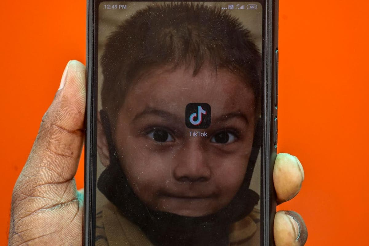 Inde : un jeune Indien montre l'application TikTok sur son portable ce vendredi à Mumbai.