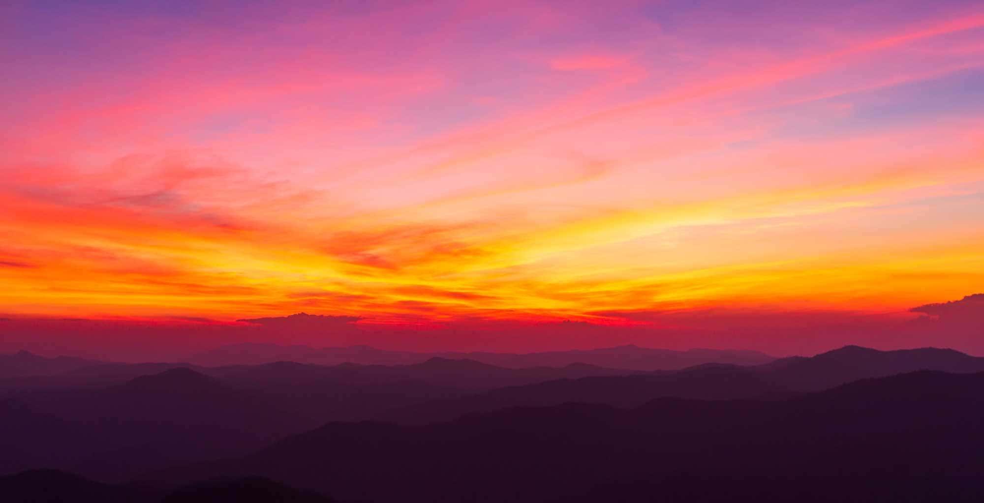 Ciel coloré et dramatique avec des nuages au coucher du soleil