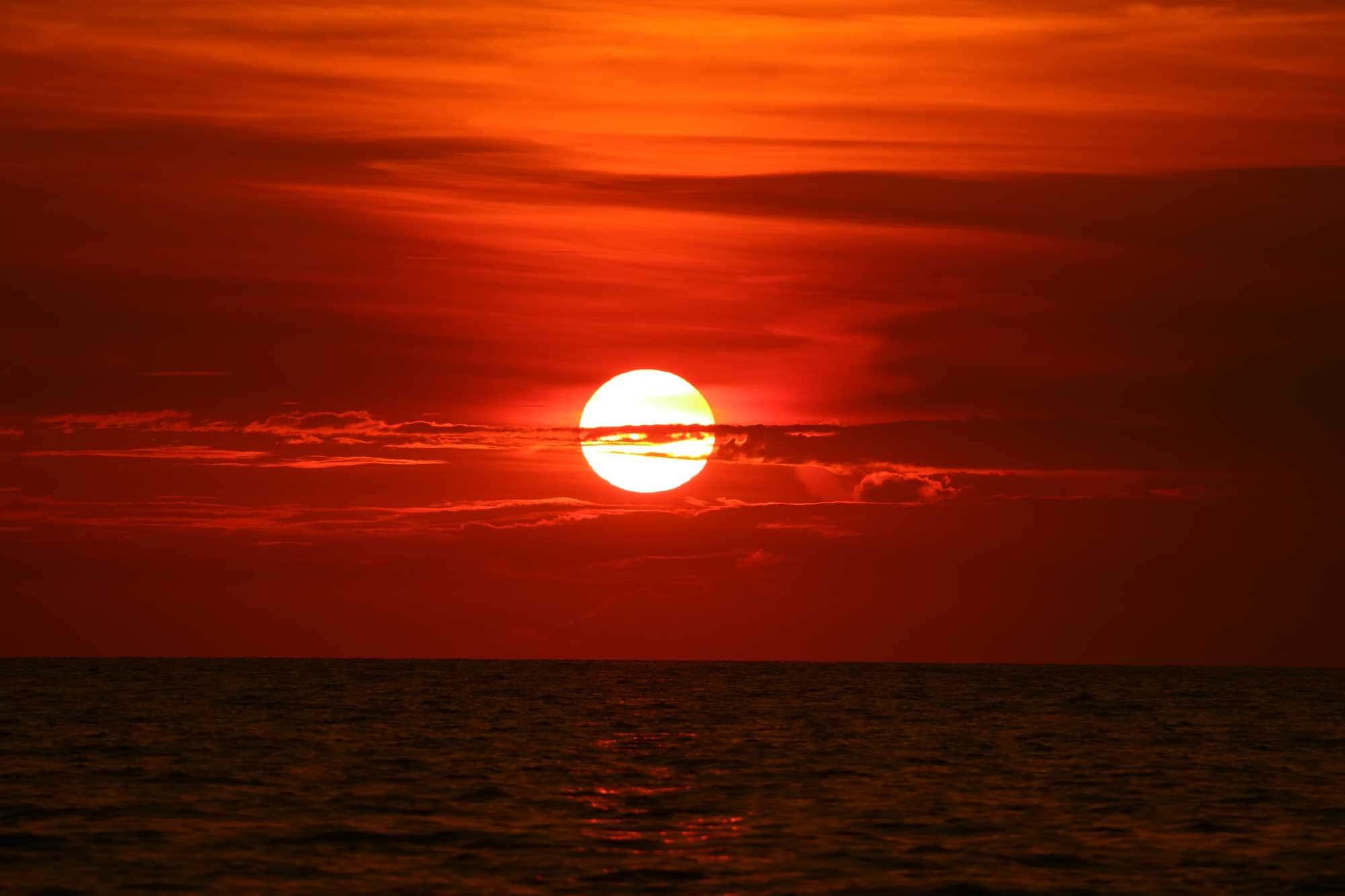 Photo : soleil de retour sur le coucher de soleil ciel horizon vague sur la mer de surface