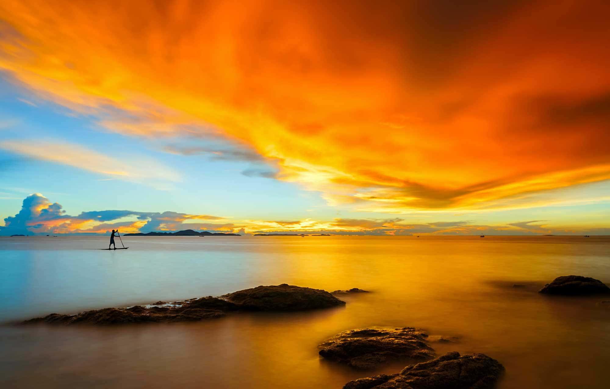 Paysage de la plage paradisiaque d'une île tropicale au coucher du soleil à Pattaya, en Thaïlande