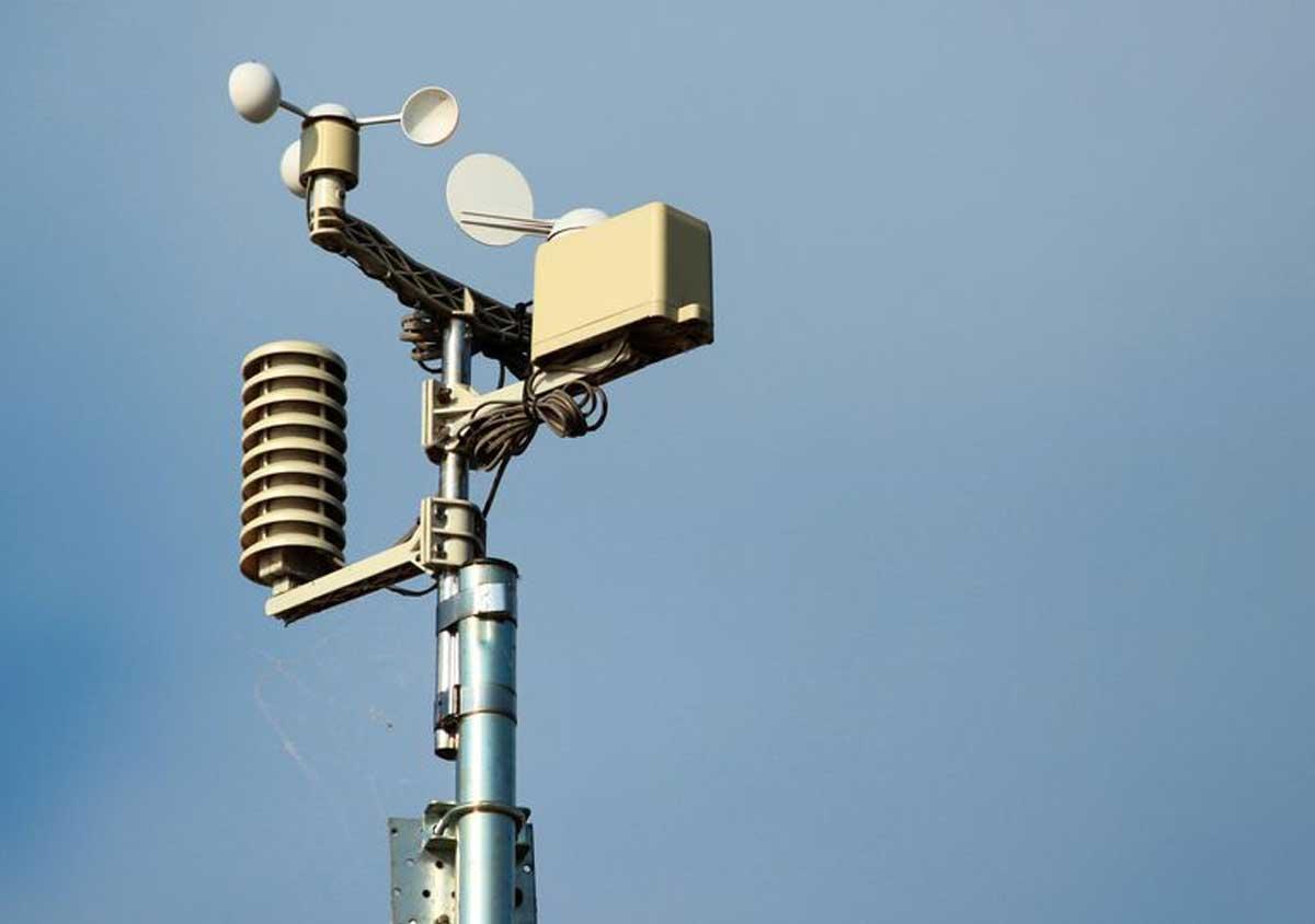 Les stations météorologiques mesurent la pression atmosphérique, un paramètre fondamental pour les climatologues afin de comprendre la différence de pression utilisée pour définir les différentes phases de la NAO.